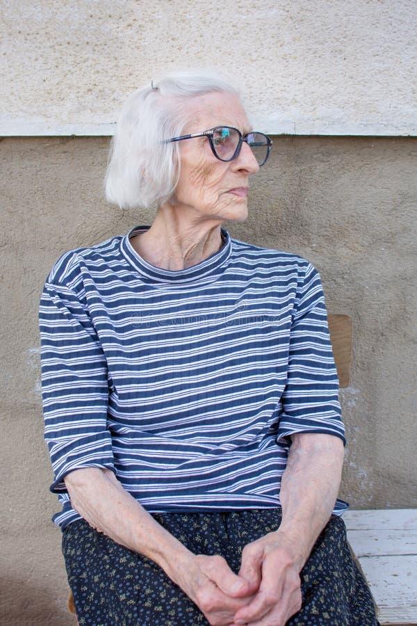 户外九十张岁祖母画象 库存图片