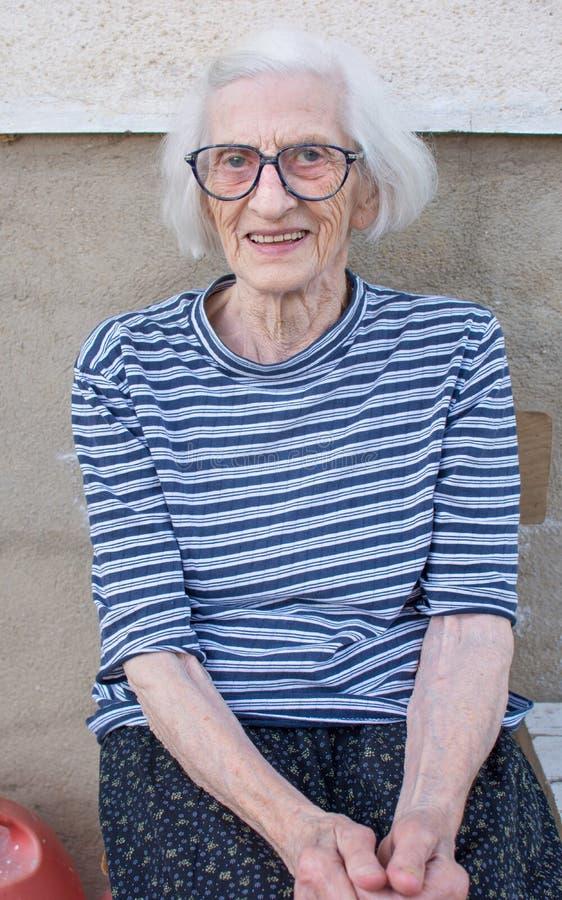 户外九十张岁祖母画象 图库摄影