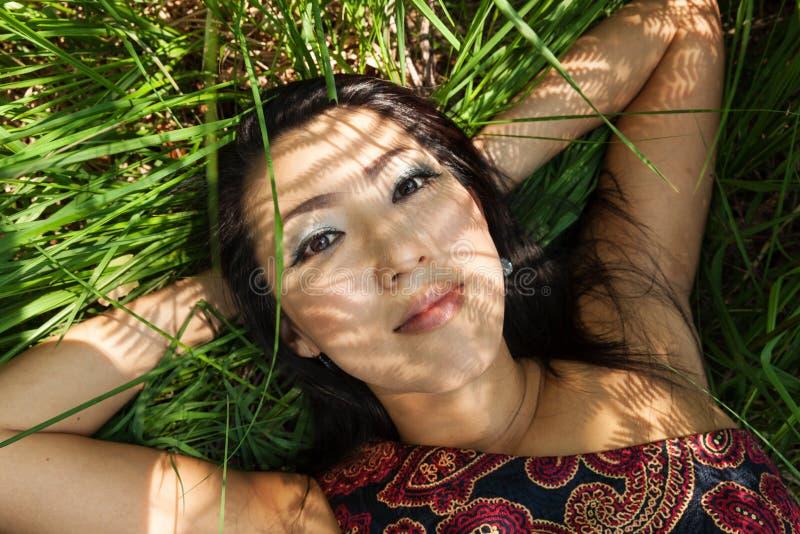户外亚洲女孩画象在蕨阴影 免版税库存图片