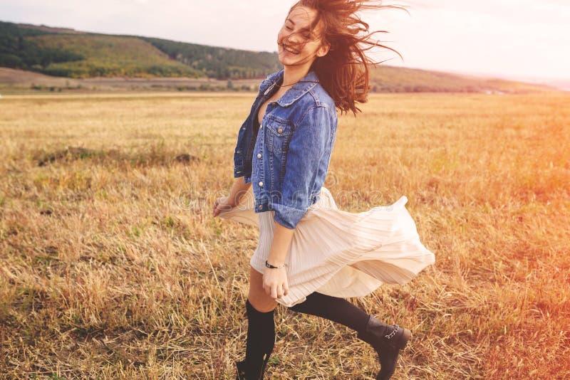 户外享受自然的秀丽女孩 自由的愉快的妇女 免版税库存图片