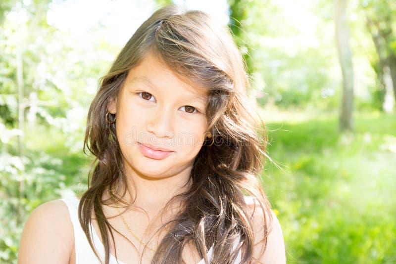 户外享受自然的秀丽女孩 免版税库存照片