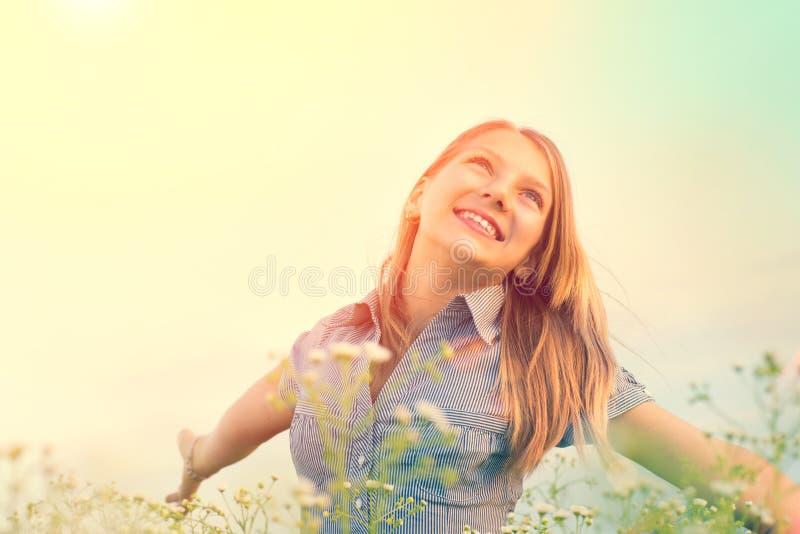 户外享受自然的秀丽女孩 免版税图库摄影