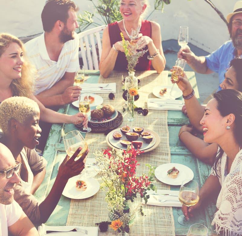 户外停留概念的不同的人午餐 库存图片
