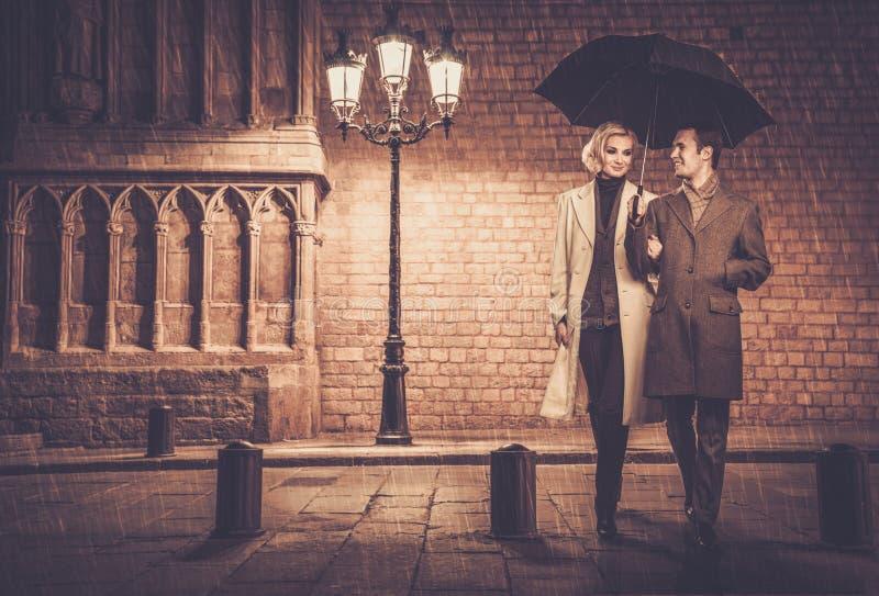 户外典雅的穿着体面的夫妇 免版税图库摄影