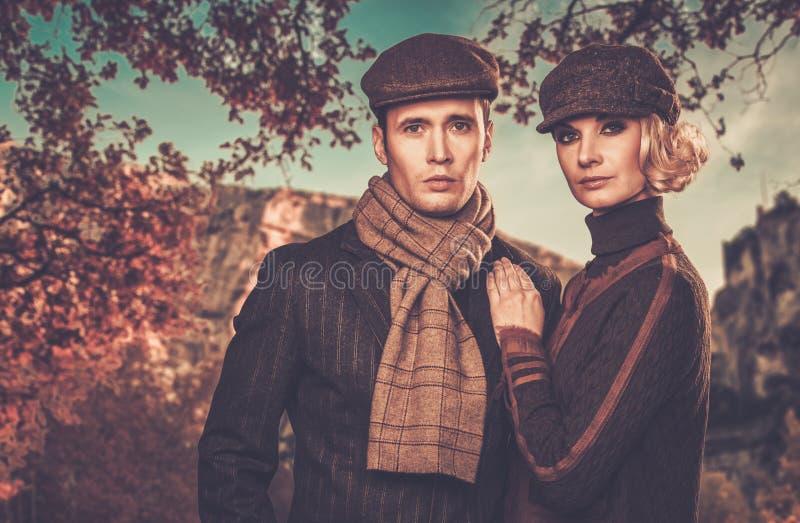 户外典雅的穿着体面的夫妇 免版税库存照片