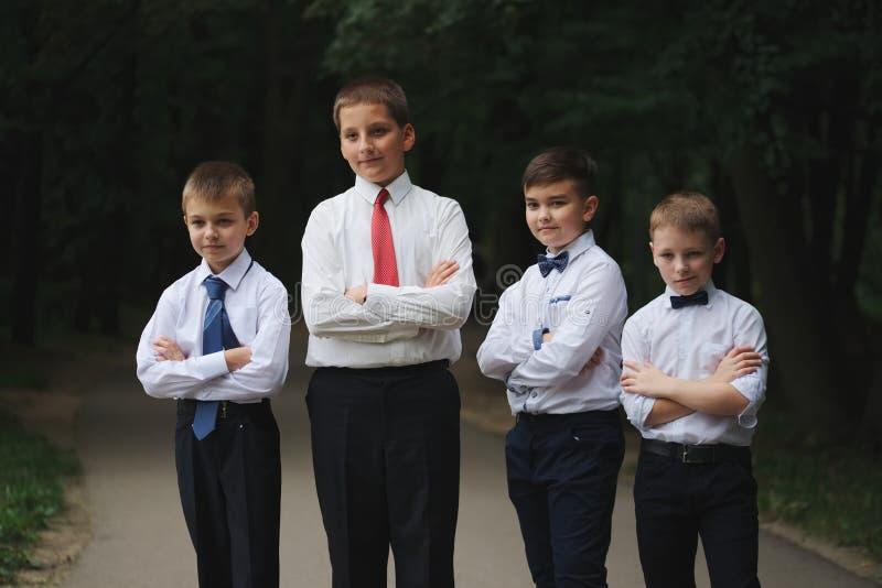 户外制服的年轻男孩 免版税库存图片