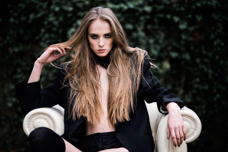 Download 户外华美的时尚妇女画象 库存照片. 图片 包括有 秋天, 头发, 女性, 方式, 典雅, 安静, 白种人 - 30328002