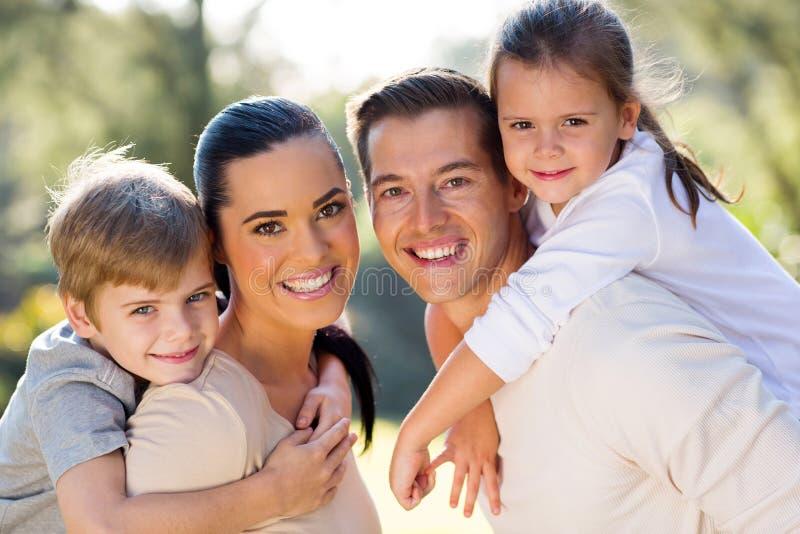 户外可爱的家庭 免版税库存照片
