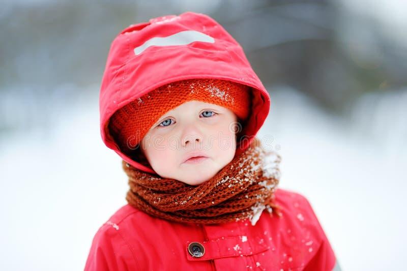户外哀伤的哭泣的小男孩画象在冬天 库存照片