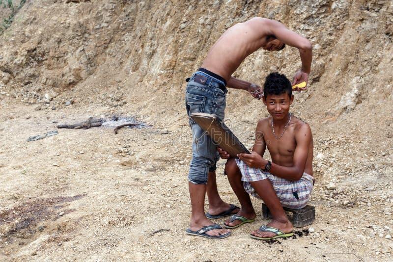 户外地方理发在钦邦,缅甸 免版税库存图片