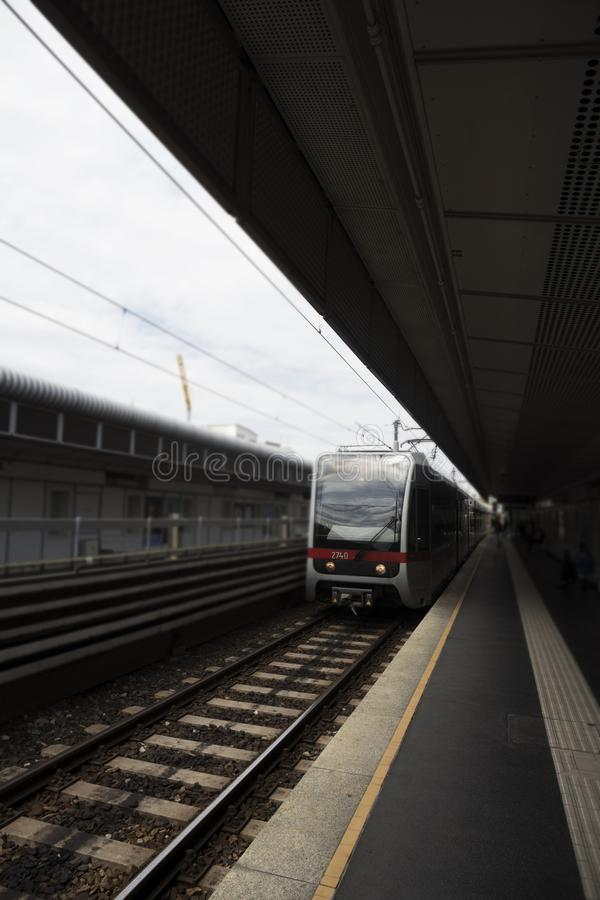 户外地铁站与接近它的中止的火车 免版税图库摄影