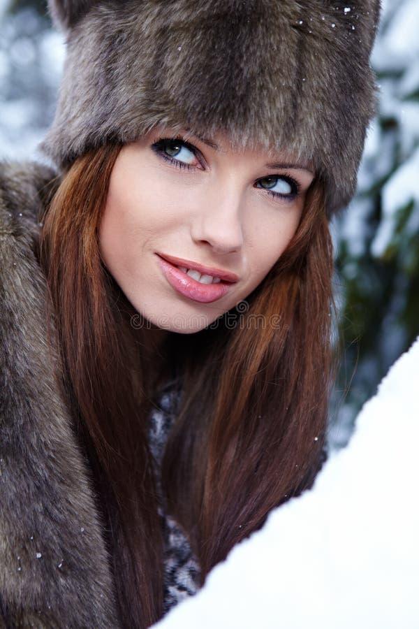 户外多雪的冬天妇女 免版税图库摄影