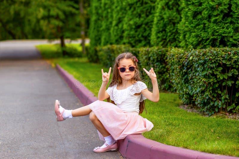 户外太阳镜的时兴的小女孩 童年 库存照片