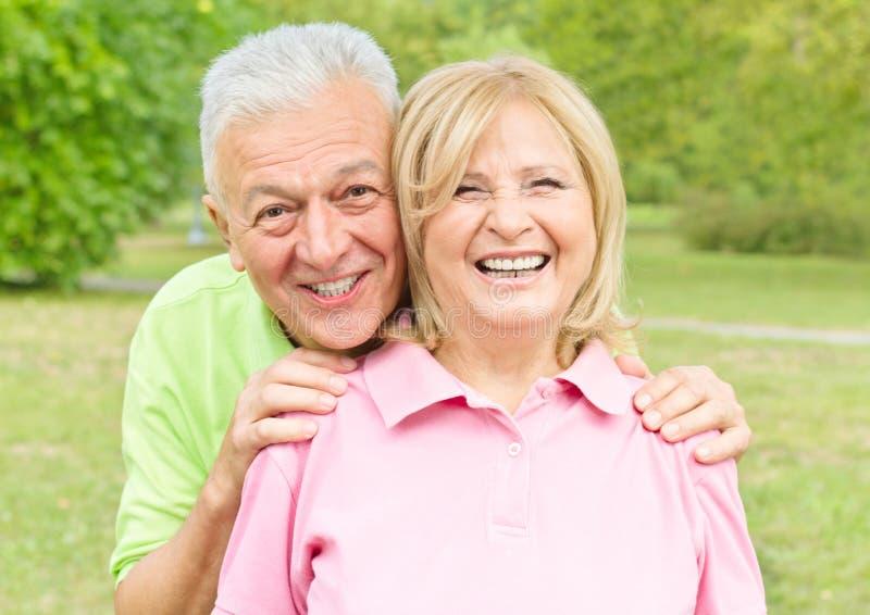 户外夫妇高级微笑 库存照片