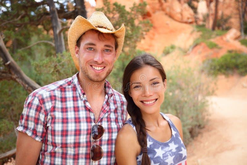 户外夫妇画象在美国乡下 库存图片