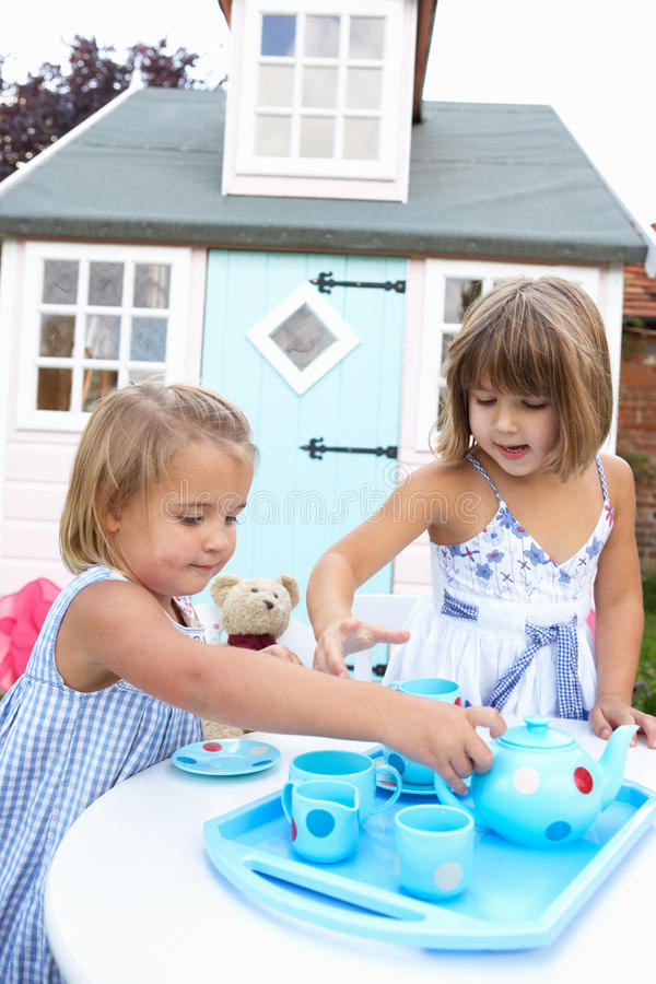户外女孩演奏二个年轻人 免版税库存照片