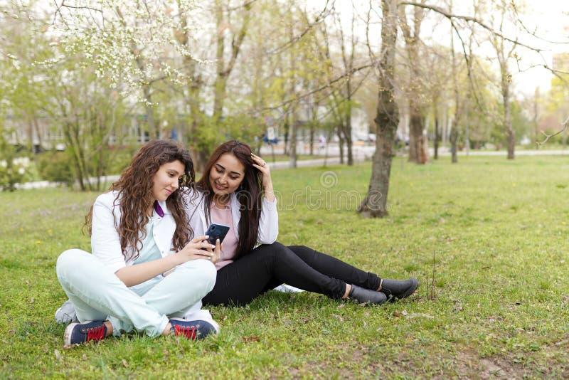 户外女性医生学生与电话 : r r 库存照片
