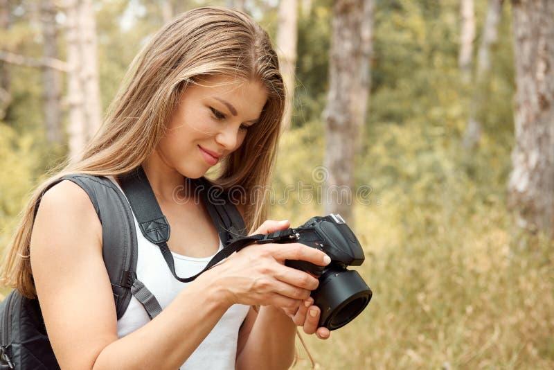 户外女性摄影师 免版税库存图片