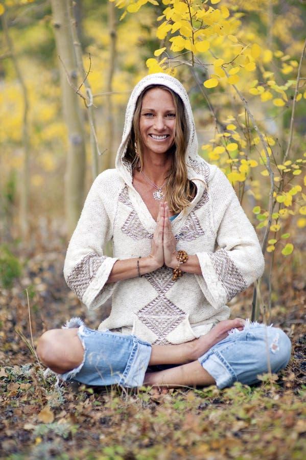 秋天瑜伽妇女 免版税图库摄影