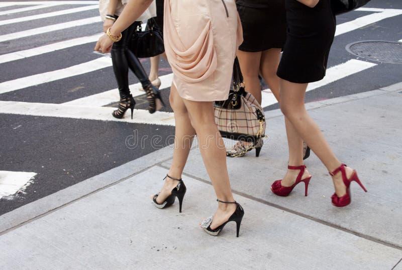 户外妇女鞋子和脚跟细节在纽约 库存图片