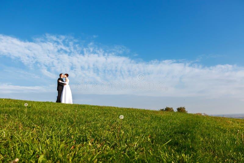 户外婚礼夫妇在蓝天背景 免版税库存照片