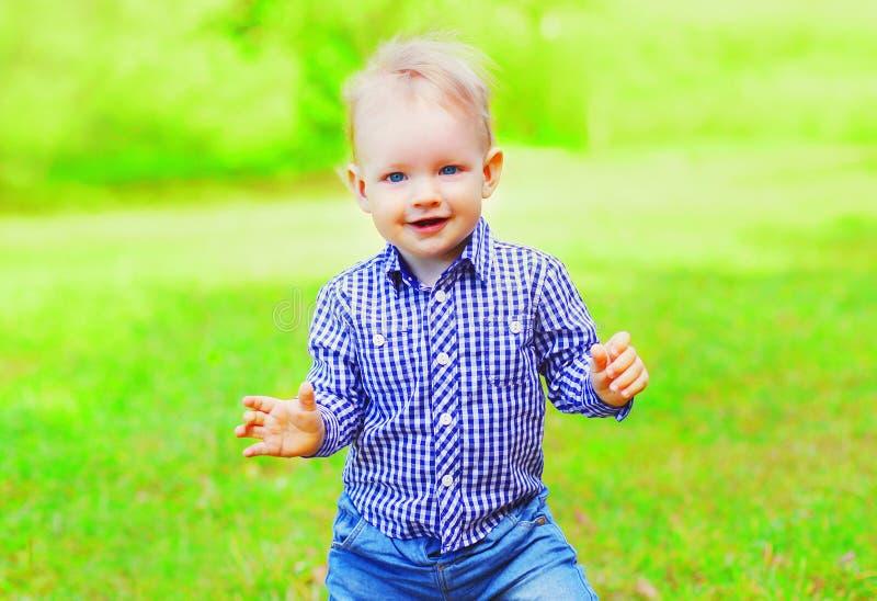户外婴孩获得在夏天公园的乐趣 图库摄影