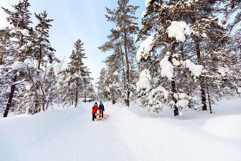 户外孩子在冬天 免版税库存照片
