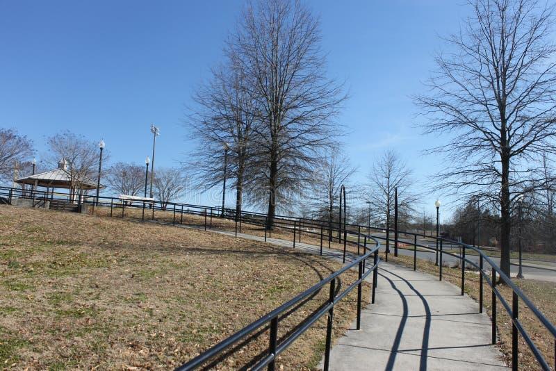 户外安置公园、fance和蓝天 免版税库存照片