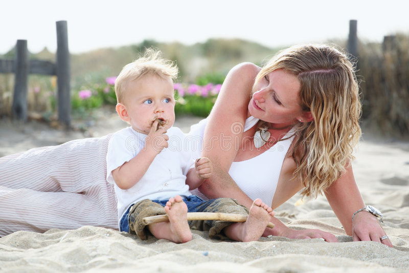 户外小母亲年轻人 免版税库存图片