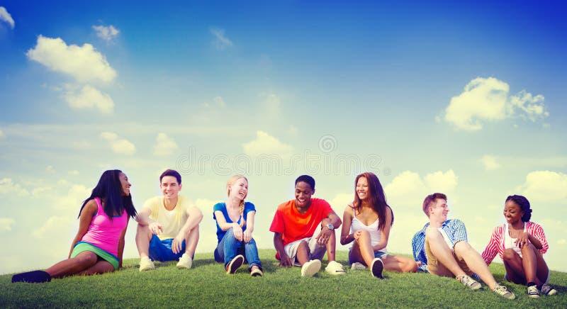 户外小组朋友不同的快乐的乐趣队概念 免版税库存图片