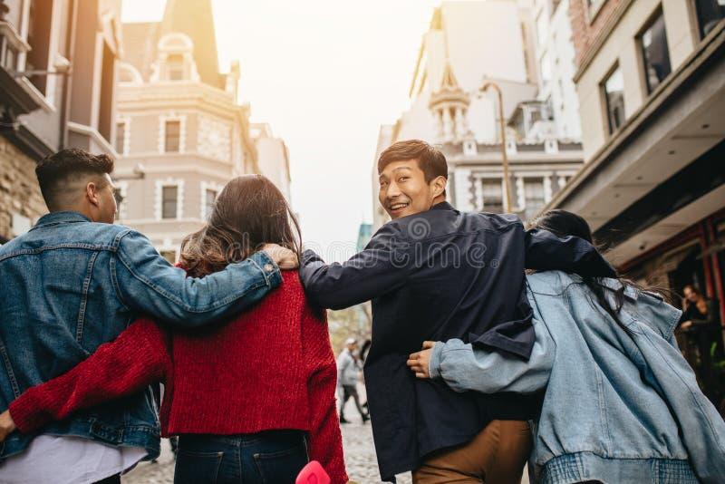 户外年轻人在城市街道上 库存照片