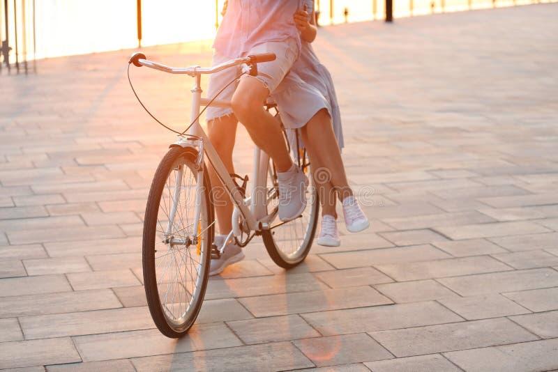 户外年轻夫妇骑马自行车在夏日 免版税库存照片
