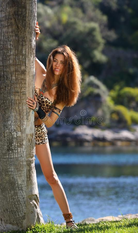 户外年轻美丽的野蛮女孩 免版税库存图片