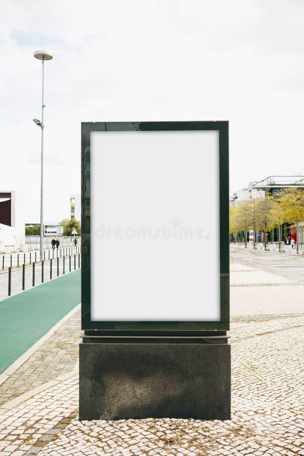 户外广告的一个空的广告牌在里斯本在葡萄牙 街道广告 库存图片