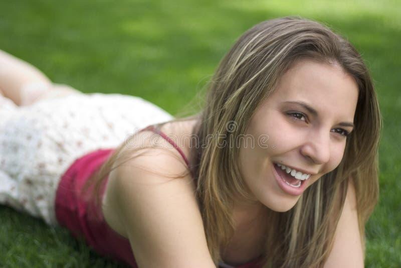 户外微笑的妇女 免版税库存照片