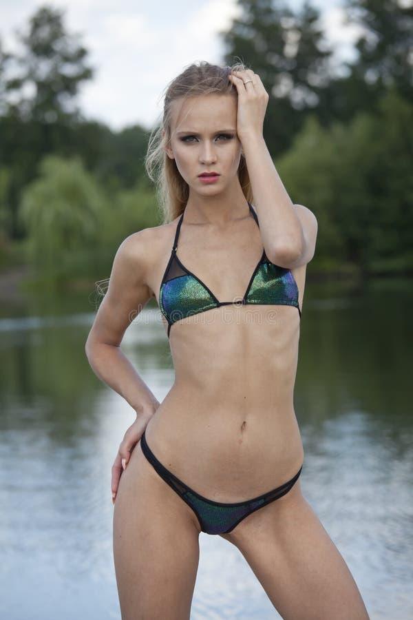 户外性感的比基尼泳装妇女 免版税库存照片