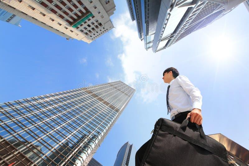 户外成功的商人在办公楼旁边 免版税图库摄影