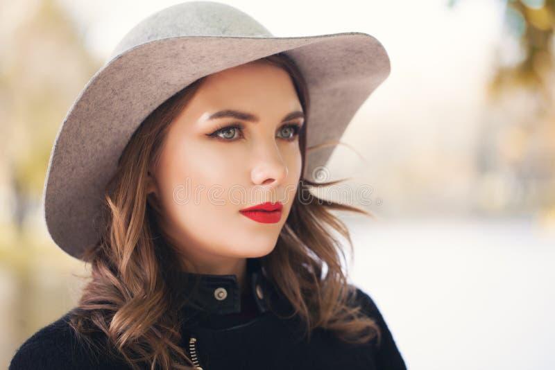 户外时髦的妇女时装模特儿,女性面孔 免版税库存照片