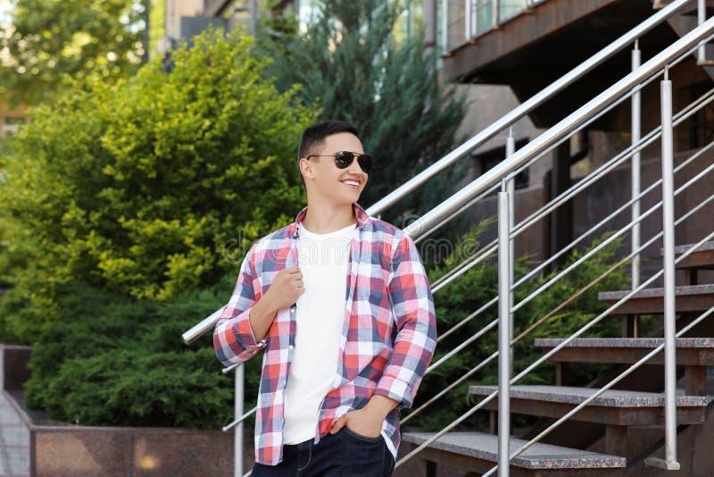 户外时髦的成套装备的年轻人 作为大模型的T恤杉设计的 库存照片