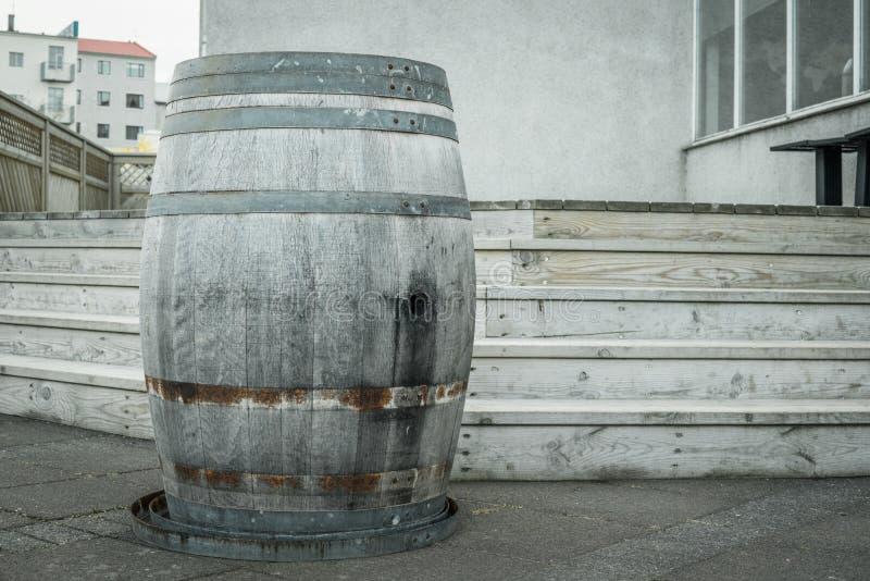 户外木葡萄酒桶 免版税库存图片