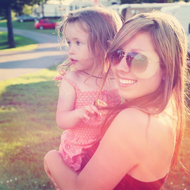 户外母亲和小女孩 图库摄影
