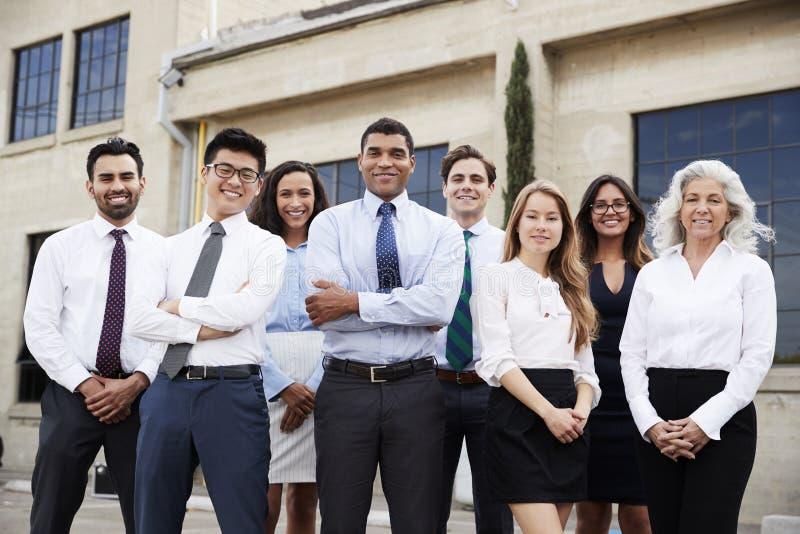 户外混合的族种商人和同事,画象 免版税图库摄影