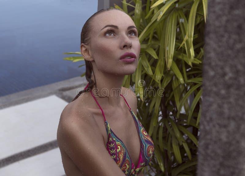 洗户外澡的比基尼泳装的性感的妇女 免版税库存图片