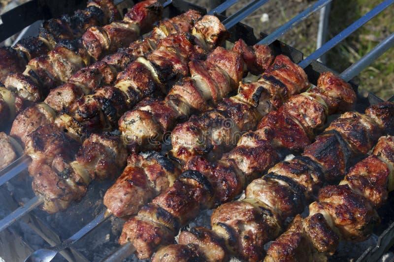 户外烤肉串上的新鲜烤肉 图库摄影