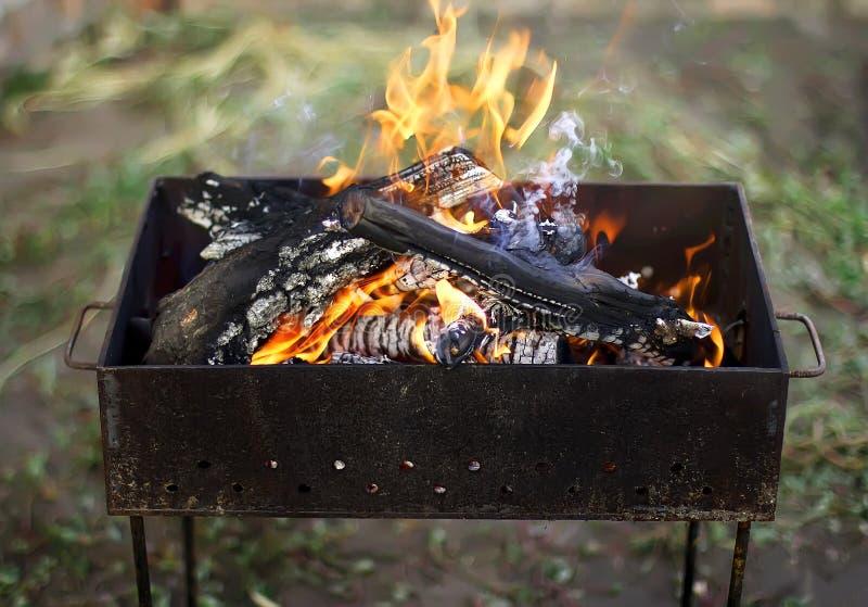 户外烤肉的灼烧的火 图库摄影