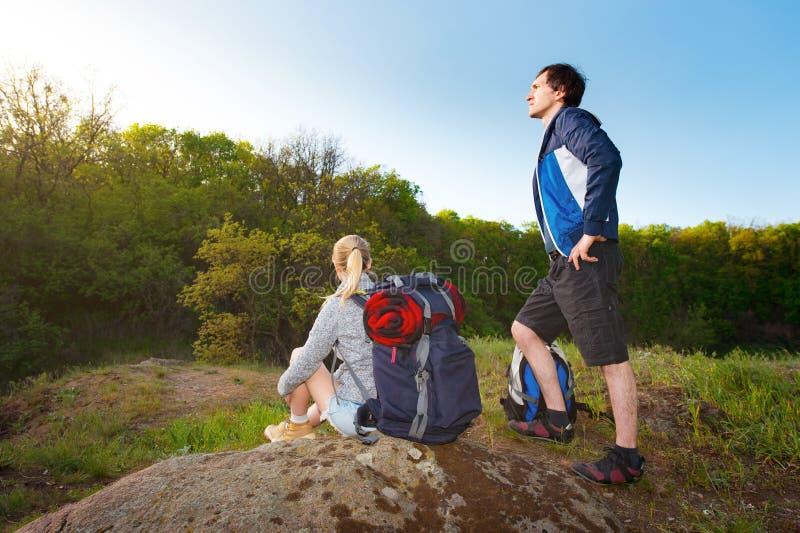 户外男人和妇女旅客 远足者夫妇有背包的 免版税库存图片