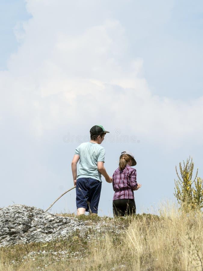 户外男孩和女孩在山 库存图片