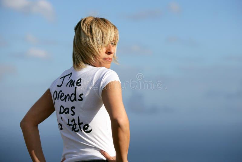 户外白肤金发的妇女 库存照片