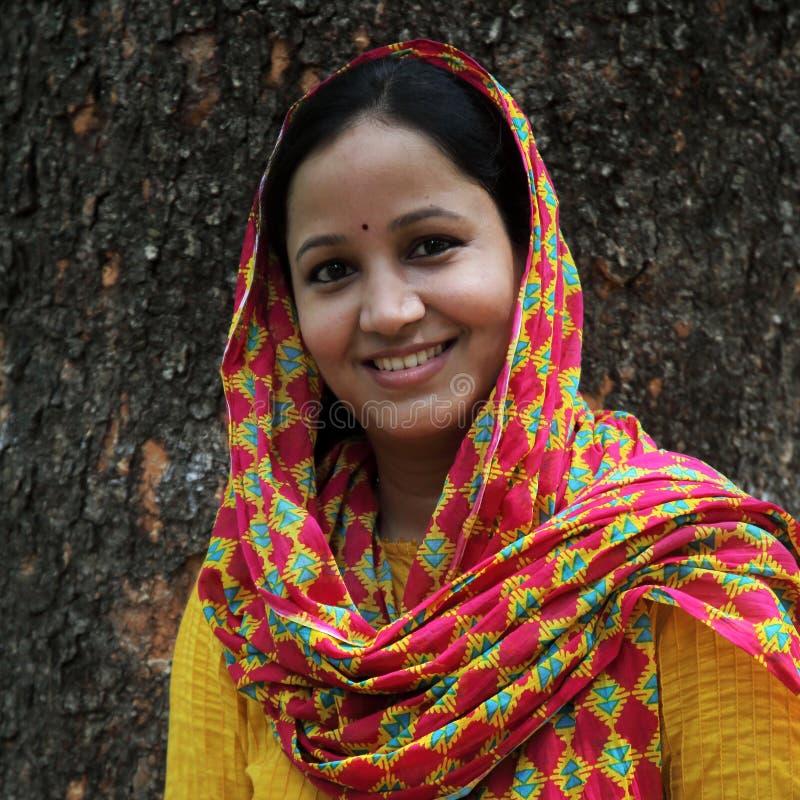 户外的快乐的年轻印地安妇女 免版税库存图片