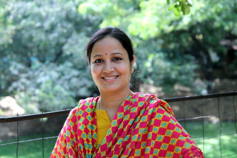 户外的快乐的年轻印地安妇女 库存照片